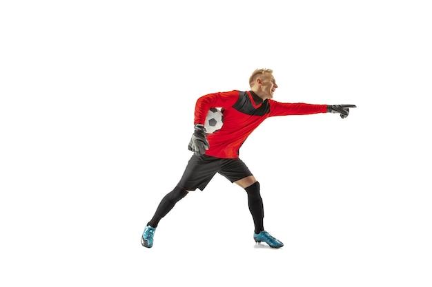 Один вратарь футболиста мужского пола указывая прочь и кричать изолированный на белой предпосылке. обращение к судье, приказ защитникам и понятие человеческих эмоций