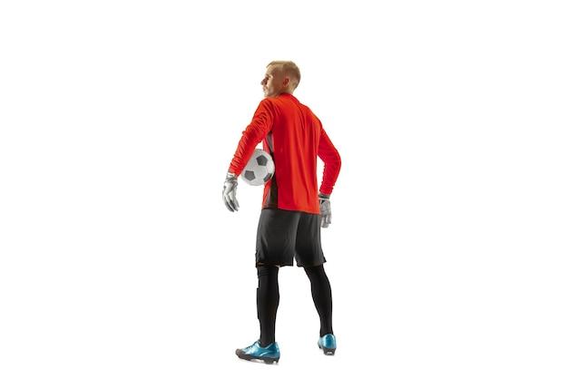한 남자 축구 선수 골키퍼 서서 공을 들고. 흰색 절연 실루엣