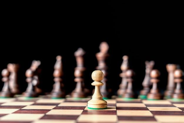 一人の男の軍のチェスの概念、最初にポーンbで移動します