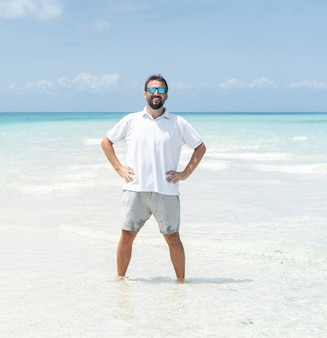 一人の男が美しい熱帯のビーチを楽しんでいます