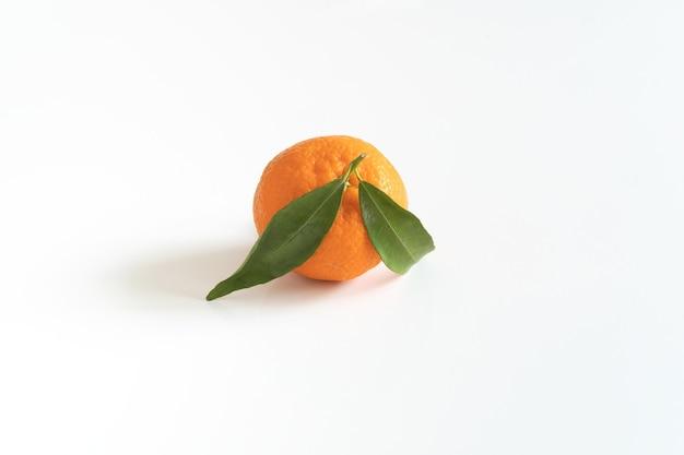 Один мандарин или мандарин с зеленым листом