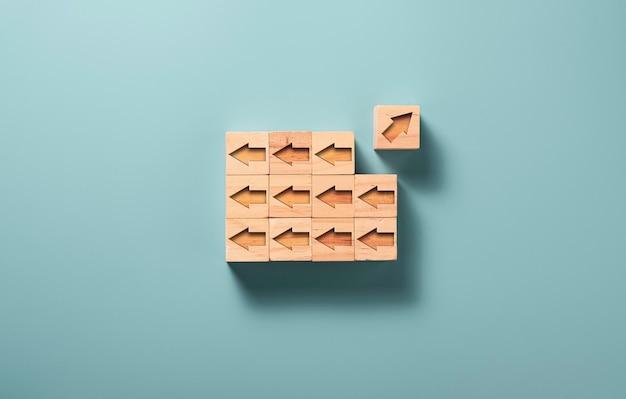 矢印の1つは、木製のブロックキューブに刻まれた他の矢印と反対方向に移動します