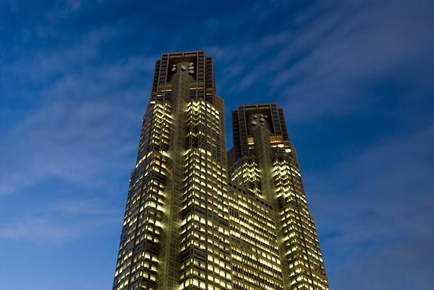 Одна из известных достопримечательностей токио - здание правительства метрополиса n1, также называемое мэрией токио, при сумеречном освещении.