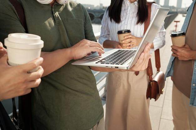 네트워크 중에 노트북을 들고 있는 동료 4명 중 한 명
