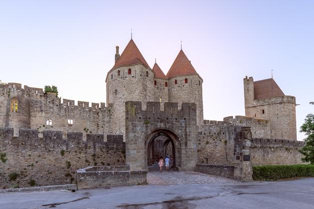 中世のカルカソンヌの町の城への古代の入り口の1つ