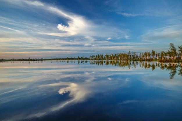 日没時のユニークなエリニャ沼の湖の1つ