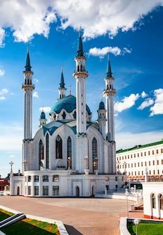 Одна из крупнейших мечетей россии. панорамный вид города казань.