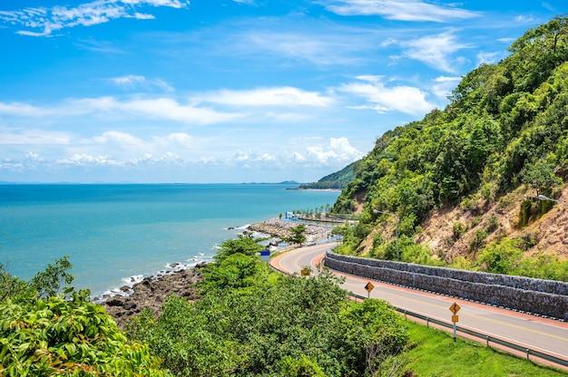 태국에서 가장 아름다운 해변 도로 중 하나입니다. chalerm burapha chonlathit 고속도로는 태국 찬타부리의 noen nangphaya view point에서 보입니다.