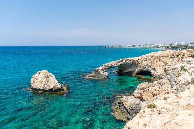 最も人気のあるアトラクションの1つは恋人橋です。キプロス、アギアナパ。