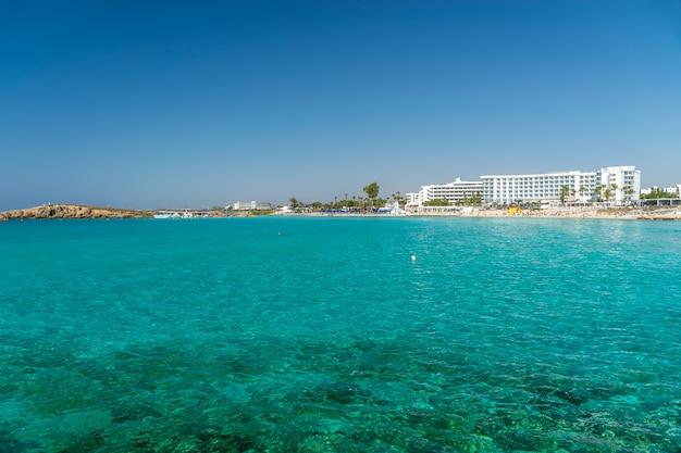 キプロスで最も人気のあるビーチの1つは、ニッシビーチとその周辺です。