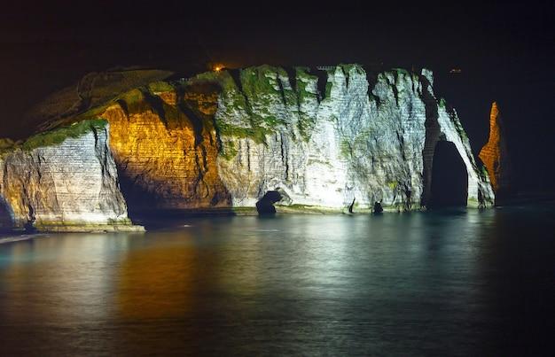Falaise de aval로 알려진 세 개의 유명한 흰색 절벽 중 하나입니다.