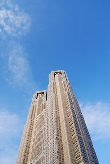 Одна из достопримечательностей токио, столичное правительственное здание n1, также называемое мэрией токио, расположенное в районе синдзюку.