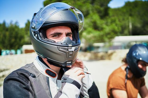 ヘルメットをかぶっている2人のバイカーのうちの1人
