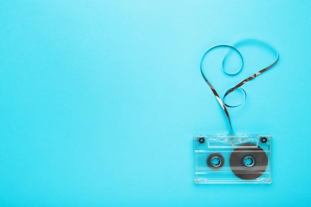 Одна старая кассета на голубой стене. музыкальный день