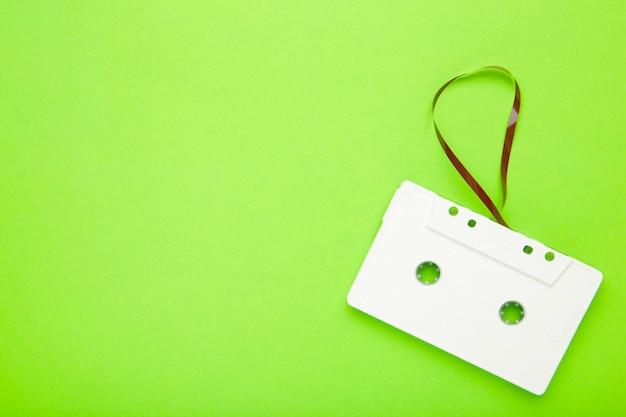 Одна старая белая кассета на зеленой стене. музыкальный день