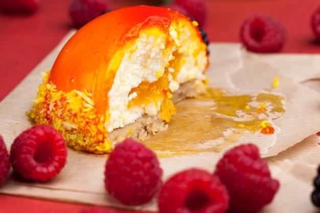Апельсиновый торт со сливочно-белой начинкой