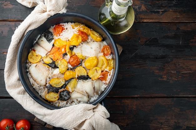 バスマティライスとチェリートマト、古い木製のテーブル、上面図の1つのパン素晴らしい魚