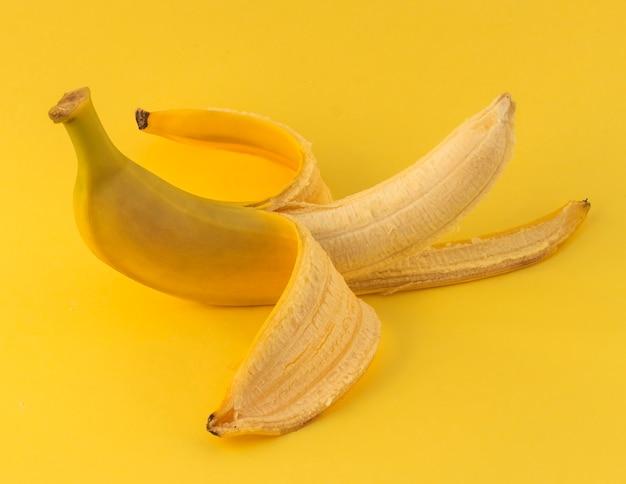 Один очищенный желтый банан