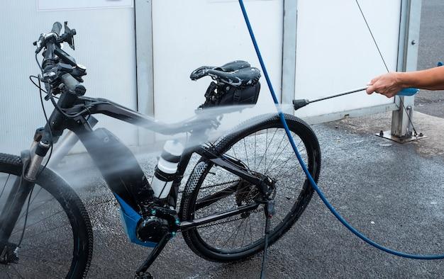 ある人は自転車を石鹸とスポンジで洗い、細部の世話をします。高圧ポンプ付きのサービスステーション