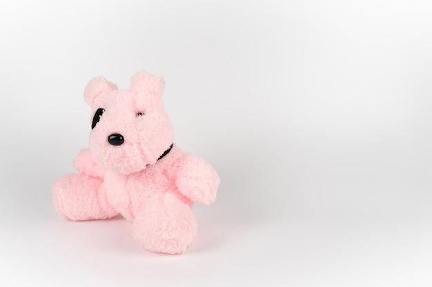 눈 주위에 검은 부분이있는 분홍색 개 인형 1 개