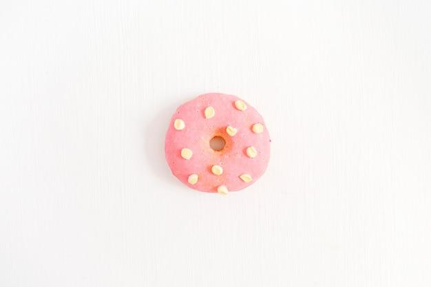 Один розовый пончик на белом