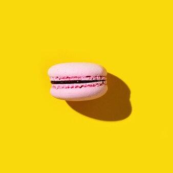 노란색에 핑크 마카롱 1 개