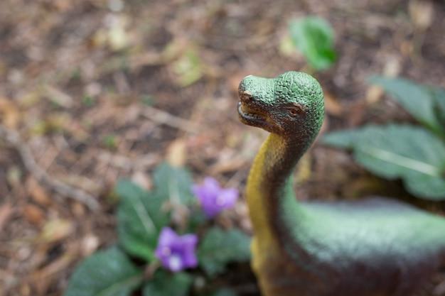 야외에서 플라스틱 공룡 모형 1 개
