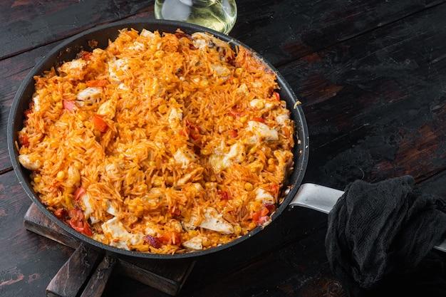 오래 된 어두운 나무 테이블에 한 냄비 치킨 엔칠 라다 쌀 캐서롤