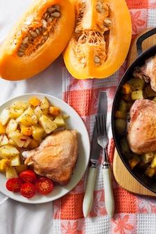 한 냄비 식사-닭 허벅지와 다리, 감자와 호박을 주철 팬에 구운