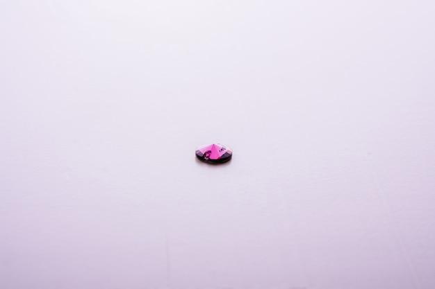 1つの紫色のファセット宝石結晶
