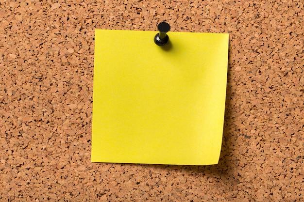 Одна канцелярская кнопка с бумагой, крупный план