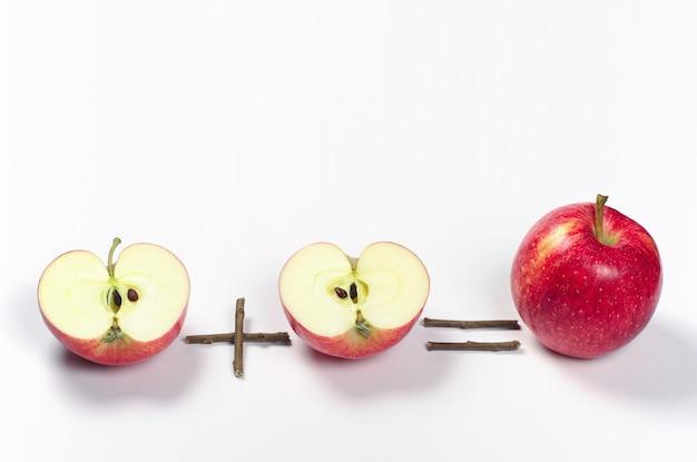 하나의 빨간 사과와 두 개의 반쪽입니다. 개념 사진