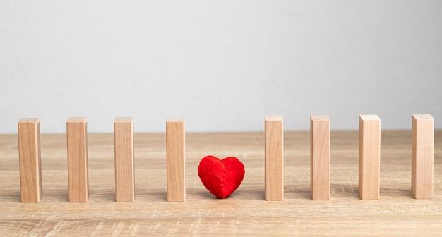 1つの赤いハートは愛と甘い瞬間の意味です