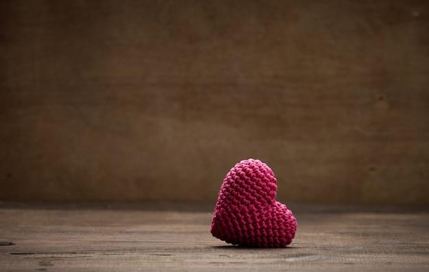 Одно красное сердце на коричневом фоне, копия пространства, день святого валентина