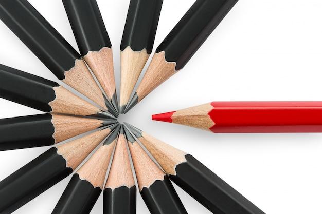黒の鉛筆の輪から目立つ1本の赤鉛筆