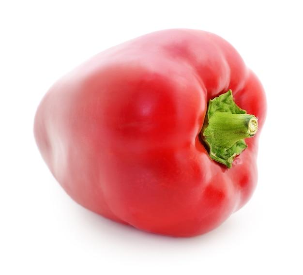 白い背景に分離された1つの赤ピーマン