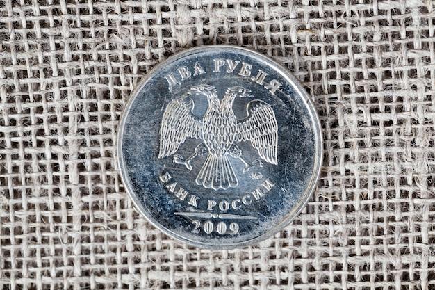 독수리와 반대로 식탁보에 두 루블 단위의 러시아 동전 하나