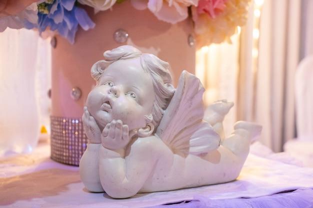 석고 천사의 조각상