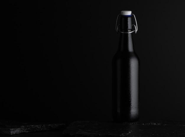Одна вспотевшая стеклянная бутылка с пробкой на камне на темном фоне