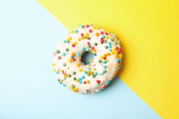 Один вкусный пончик на двухцветном фоне