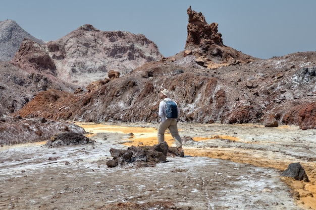 한 명의 여행자가 소금 흐름의 길을 따라갑니다.