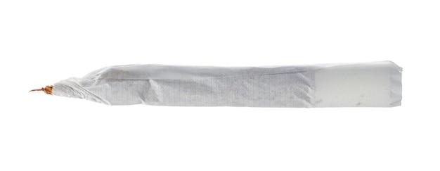 Одна незажженная сигарета, изолированная на белом крупным планом