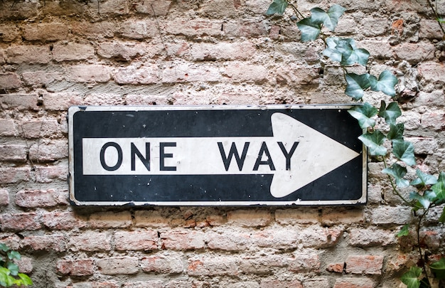 One way sign pointing to the right
