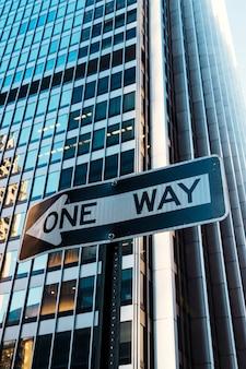 Дорожный знак one way на фоне здания