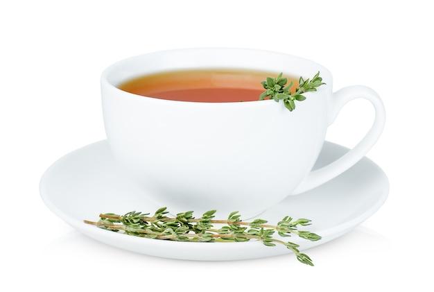 Одна белая чашка чая со свежими веточками тимьяна на изолированном белом фоне
