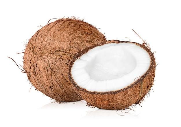 흰색 격리된 배경에 코코넛 한 개와 반 코코넛