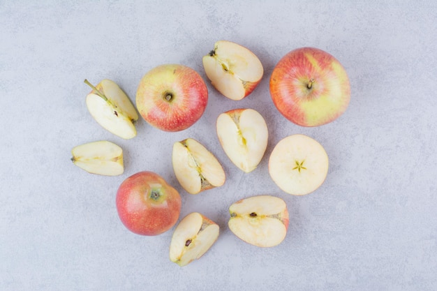 Одно целое яблоко с дольками на белом фоне. фото высокого качества