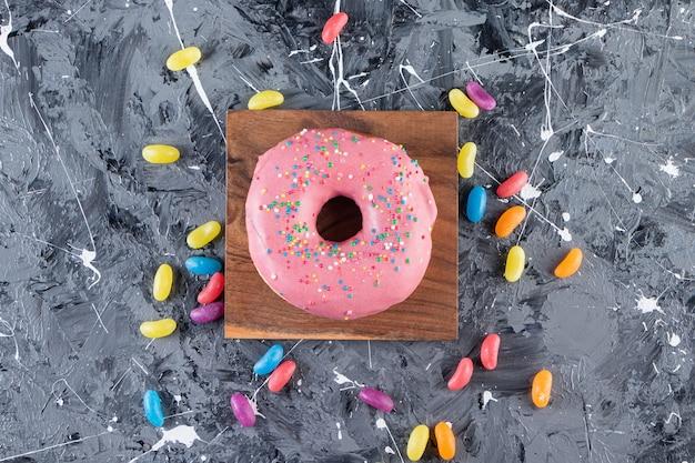 유약을 바른 도넛 하나를 돌 테이블 위에 놓았습니다.