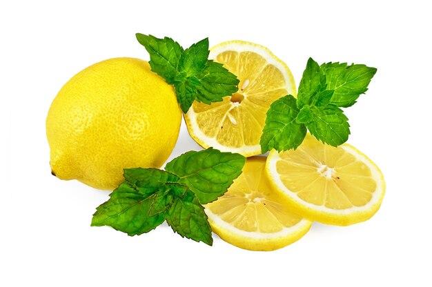 Один целый лимон и разрезанный лимон с тремя веточками зеленой мяты, изолированные на белом фоне