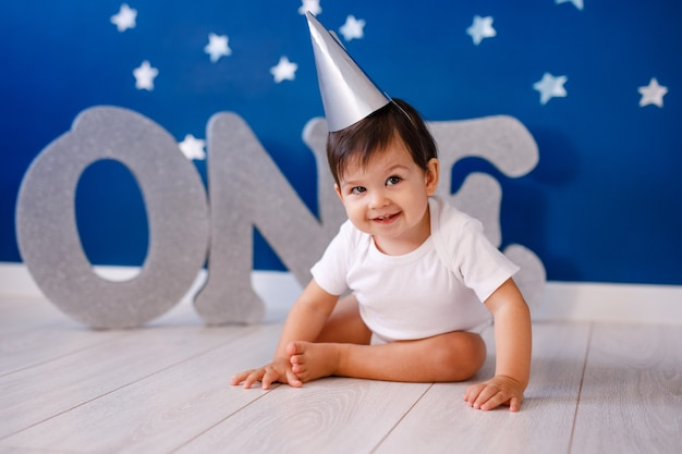 Годовалый мальчик празднует день рождения